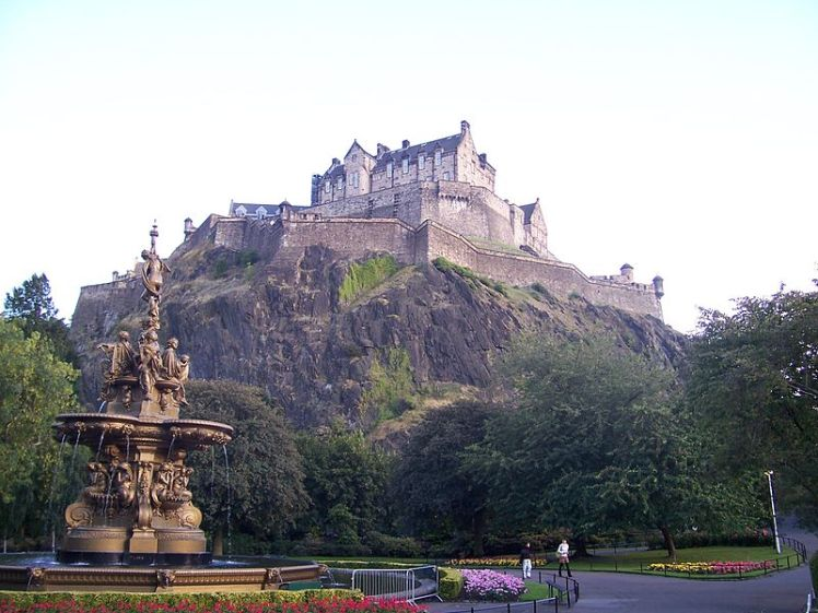 800px-edinburgh_castle_from_princes_street_garden_001